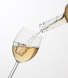 Het gieten van witte wijn in glas. Royalty-vrije Stock Foto's
