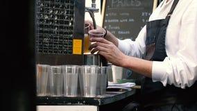 Het gietende bier van het vat van de barman stock video