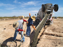 Het Gietende Cement van de Vrachtwagen van het cement in Horizontaal Gat - stock afbeeldingen