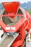 Het gietende cement van de vrachtwagenexploitant in kraanemmer Stock Afbeelding