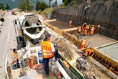 Het gietende cement van de vrachtwagenexploitant met een pomp Stock Afbeelding