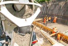 Het gietende cement van de vrachtwagenexploitant met een pomp Stock Fotografie