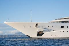 Het gigantische grote en grote jacht van de luxe mega of super motor op o Royalty-vrije Stock Afbeeldingen