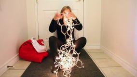 Het gillen bij de Kerstmislichten stock footage