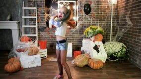 Het gillen harley quinn dreigt met honkbalknuppel, het gekke karakter van het meisjesspel, Halloween-partij stock video