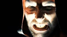 Het gillen het gezicht die van de vampier en op camera schreeuwen kijken langzaam stock video
