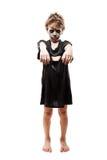 Het gillen het lopen dood van de jongenshalloween van het zombiekind de verschrikkingskostuum Stock Foto's