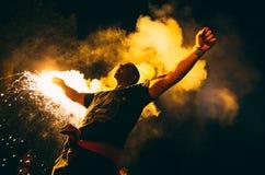 Het gillen sportenventilator vóór het spel in rook royalty-vrije stock foto