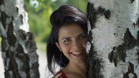 Het glanzen glimlach van jonge vrouw in openlucht, gelukvreugde van het leven, zegende liefdehart stock videobeelden