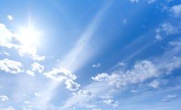 Het glanzen van de zon en blauwe hemel Stock Afbeeldingen