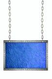 Het glanzende blauwe het uithangbord van de bladfolie hangen op geïsoleerde kettingen Royalty-vrije Stock Afbeeldingen