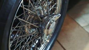 Het glanzende voertuig van de chroom wheelof oude luxe stock footage