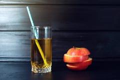 Het glas Appelsap met gesneden Apple is op donker hout Stock Afbeeldingen