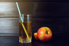 Het glas Appelsap met gesneden Apple is op donker hout Stock Foto's