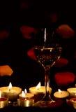 Het glas en de kaarsen van de wijn Royalty-vrije Stock Afbeelding