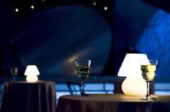 Het glas en de lamp van de wijn stock afbeeldingen