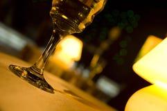 Het glas en de lamp van de wijn stock foto