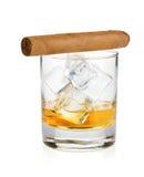 Het glas en de sigaar van de whisky stock foto