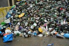 Het glas, het plastiek, en de aluminiumcontainers kunnen worden gerecycleerd Stock Afbeeldingen
