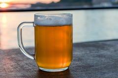 Het glas koud licht bier met schuim, traditionele Slowaakse drank royalty-vrije stock afbeelding