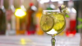 Het glas van cocktail roteert langzaam stock videobeelden