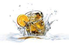 Het glas van de cocktail, dat in duidelijk water valt. stock illustratie