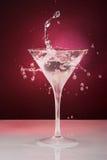 Het glas van de cocktail met dalingen en ring Stock Afbeeldingen