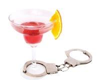 Het glas van de cocktail met handcuffs Stock Foto's