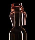 Het glas van de fles en van de wijn op een zwarte achtergrond Royalty-vrije Stock Afbeelding