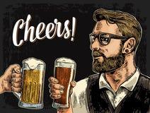 Het glas van de Hipsterholding bier en het clinking Royalty-vrije Stock Afbeeldingen