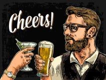 Het glas van de Hipsterholding van bier en clinking vrouwenhand met cocktail Stock Afbeelding