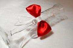 Het glas van de huwelijkschampagne met een rode boog Stock Foto