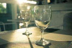 Het glas van de luxewijn met perfect zonlicht Stock Afbeeldingen