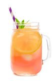 Het glas van de metselaarkruik roze die limonade op wit wordt geïsoleerd Stock Foto's