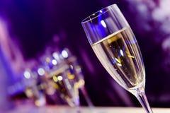 Het glas van de nachtclubchampagne Stock Afbeeldingen