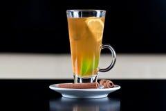 Het glas van de thee met binnen citroen en kalkplakken Stock Foto's