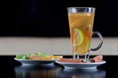 Het glas van de thee met citroen en kalkplakken Royalty-vrije Stock Afbeeldingen