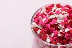 Het Glas van de valentijnskaartendag met veel zoete suikergoedharten Royalty-vrije Stock Foto's