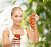 Het glas van de vrouwenholding sap en tomaten Royalty-vrije Stock Foto