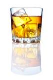Het glas van de whisky met ijsblokjes en bezinningen Royalty-vrije Stock Foto's