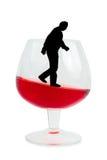 Het glas van de wijn en alcoholische mens Stock Foto's