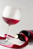 Het glas van de wijn en een wijnfles stock foto