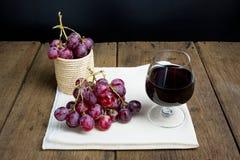 Het glas van de wijn met druif Stock Foto