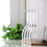 Het glas van de wijn op keukenteller Royalty-vrije Stock Fotografie