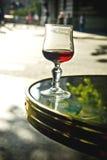 Het glas van de wijn op lijst Stock Foto's