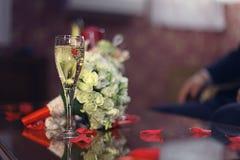 Het glas van de wijn op lijst stock afbeeldingen