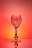 Het glas van de wijn op rode achtergrond royalty-vrije stock afbeeldingen