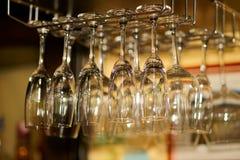 Het glas van de wijn in staaf Stock Fotografie