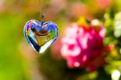 Het glas van het hartkristal brekt zonlicht - het kristalglas van de zonlichtklok backgroundheart brek zonlicht - toenam tuinacht stock foto's