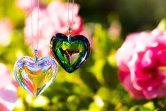 Het glas van het hartkristal brekt zonlicht - het kristalglas van de zonlichtklok backgroundheart brek zonlicht - toenam tuinacht stock fotografie